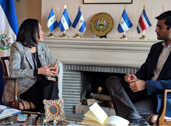 Julia Emma Villatoro Tario, Ambassadeur van El Salvador en Miten Shah © Small World One