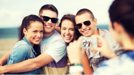 4 jongeren die gelukkig zijn en poseren voor een foto
